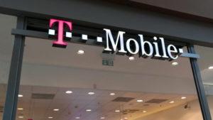Vstup do pobočky T-mobile zachycující její logo