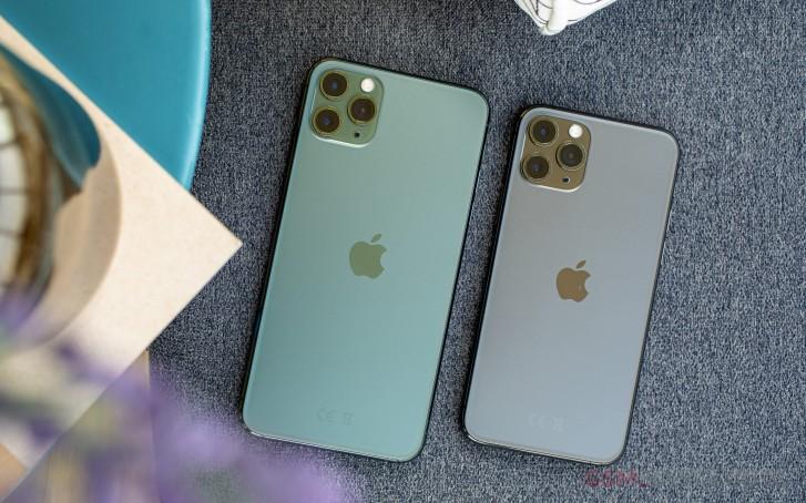 Na šedém pozadí jsou ploženy dva mobilní telefony iPhone.