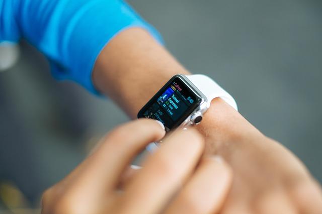 Chytré hodinky vs. chytrý náramek