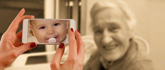 Patří mobilní telefon do rukou malého dítěte?
